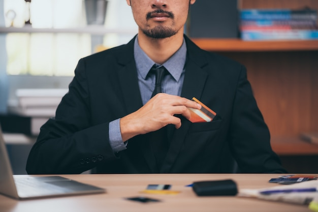 Un uomo d'affari intelligente che sta lavorando su un piano di scrivania
