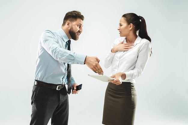 Un uomo d'affari mostra il portatile al suo collega in ufficio