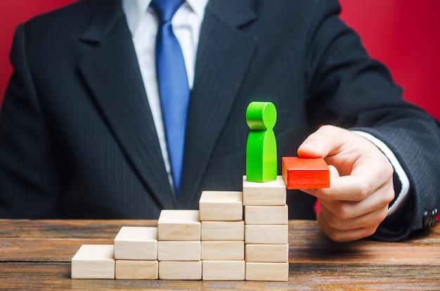 Un uomo d'affari solleva un dipendente nella scala della carriera