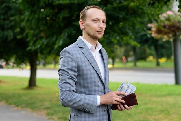 Un uomo d'affari sta contando i soldi nel suo portafoglio.