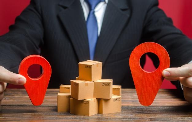 Un uomo d'affari stabilisce una destinazione per la consegna delle merci. mercato globale e affari, importazione ed esportazione