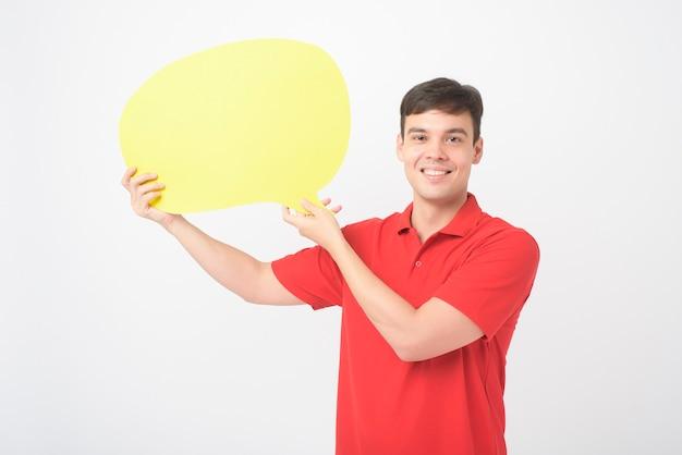 Un uomo di mezza età caucasica sta tenendo un discorso vuoto giallo su sfondo bianco