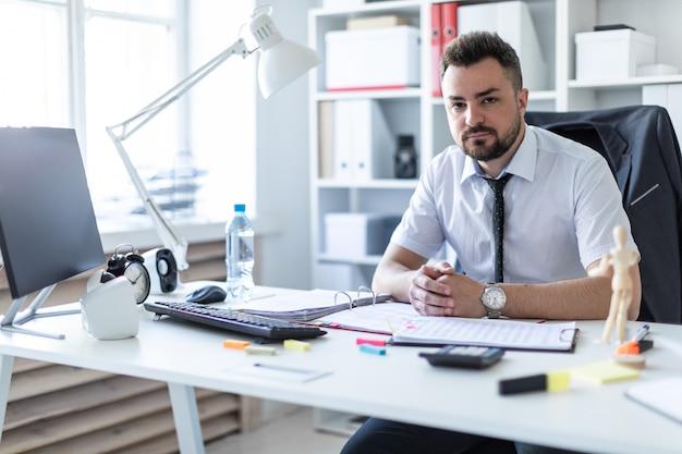 Un uomo è seduto a un tavolo in ufficio.