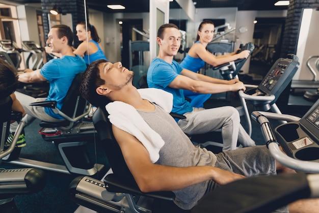 Un uomo è stanco dopo l'allenamento fisico su cardio