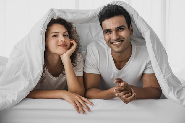 Un uomo e una donna distesa su un letto