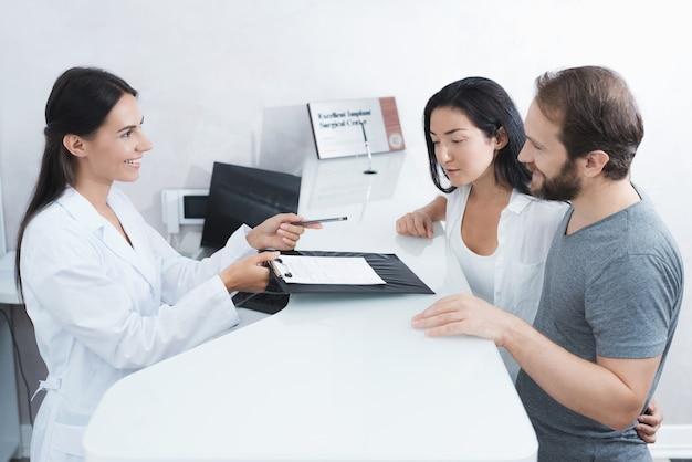 Un uomo e una donna vennero a vedere un dentista.