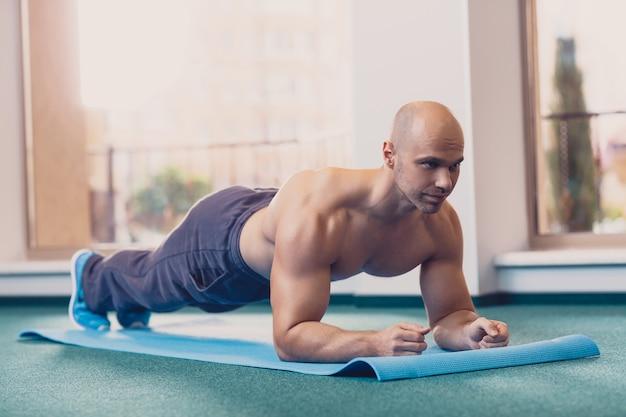 Un uomo esegue un esercizio in piedi sulle sue mani