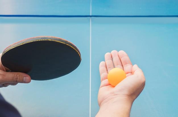 Un uomo gioca a ping pong pronto a servire