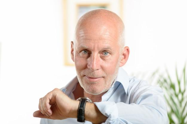Un uomo guarda l'orologio
