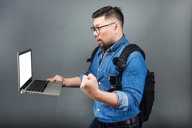 Un uomo guardò il computer sorpreso.