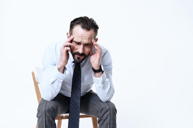 Un uomo ha mal di testa.
