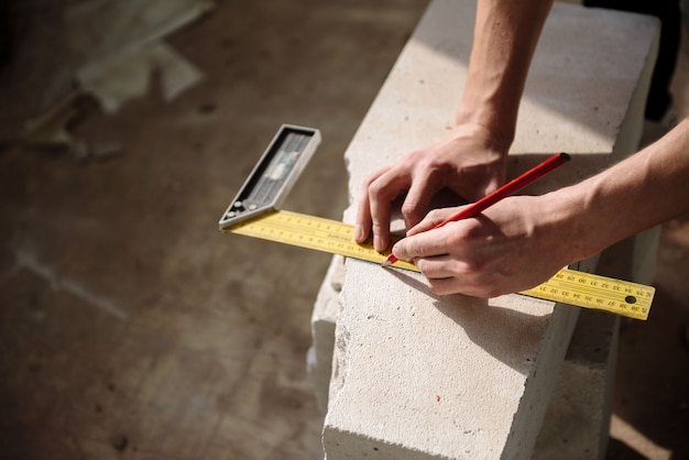 Un uomo misura la distanza con un quadrato
