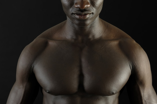 Un uomo nero con un corpo muscoloso