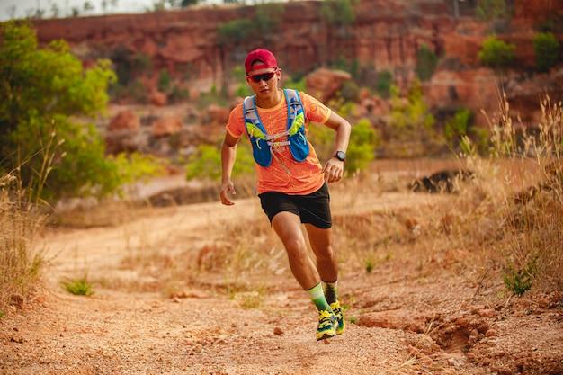 Un uomo runner of trail