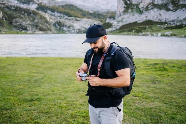 Un uomo scatta foto in un paesaggio montano