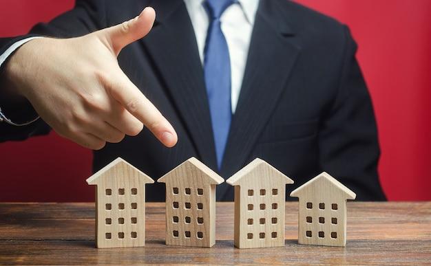 Un uomo sceglie una casa tra gli altri condomini.