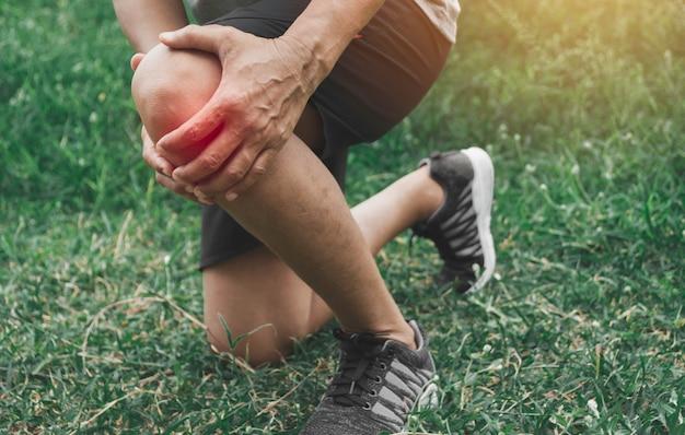 Un uomo si aggrappa a una brutta gamba