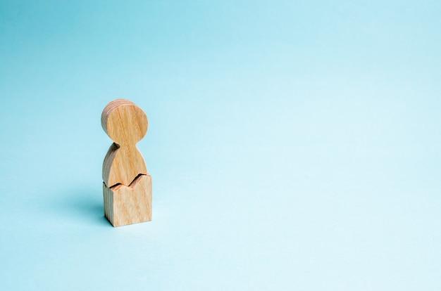 Un uomo solitario con una crepa. il concetto di violenza fisica e psicologica