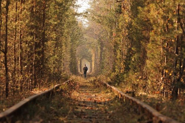 Un uomo solo che cammina attraverso il tunnel dell'amore