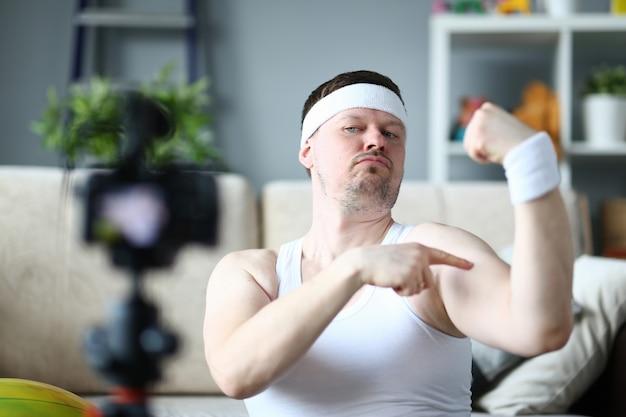 Un uomo sta dimostrando i suoi muscoli forti