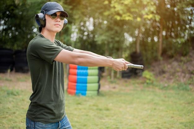Un uomo sta praticando sparare pistola