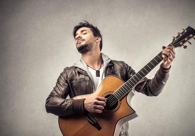 Un uomo suona la chitarra