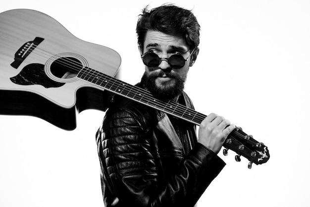 Un uomo suona una chitarra elettrica, foto in bianco e nero