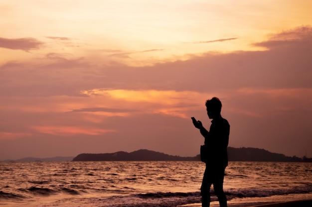 Un uomo tiene i ricordi con il cellulare con fotocamera in mano
