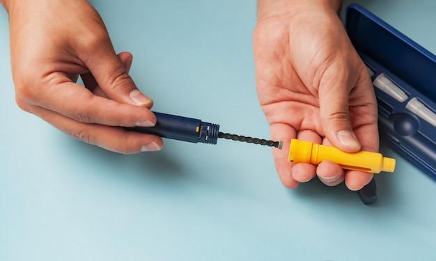 Un uomo tiene una siringa per iniezione sottocutanea di farmaci ormonali nel protocollo ivf