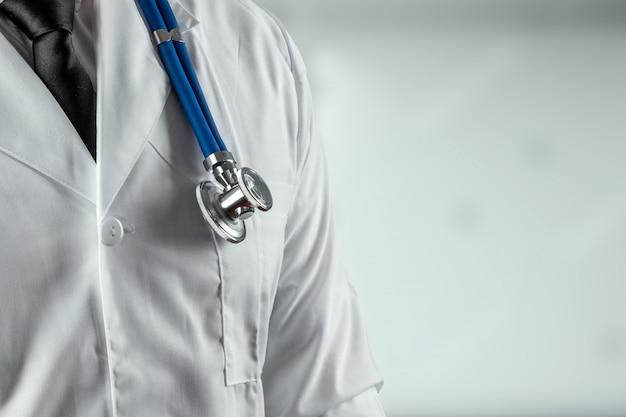 Un uomo, un dottore in camice bianco con uno stetoscopio