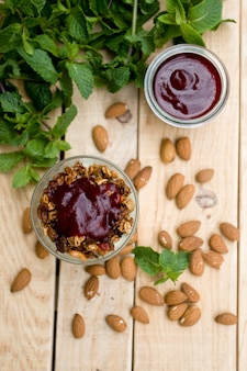 Un'utile e salutare mousse alla menta e confettura di frutti di bosco