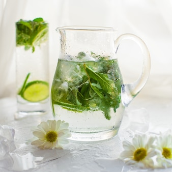 Un vaso di vetro calce mojito in bianco