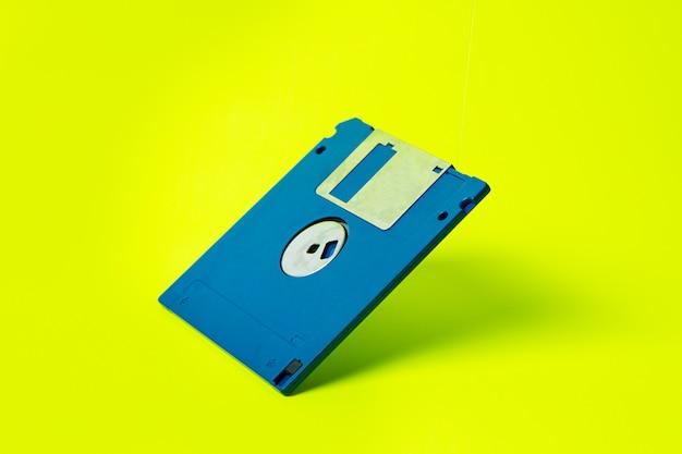 Un vecchio floppy disk isolato nel fondo verde