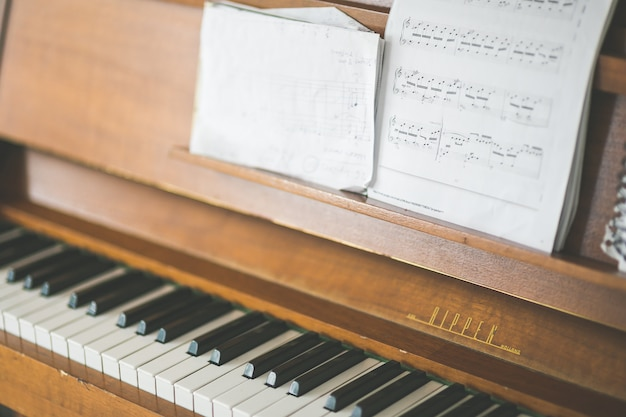 Un vecchio pianoforte e un foglio di appunti