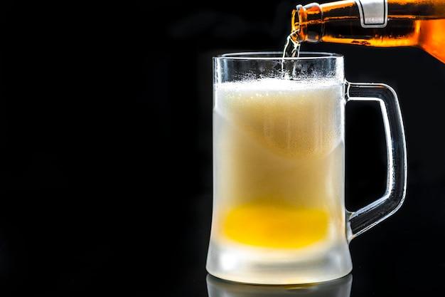 Un vetro della macrofotografia della birra fredda