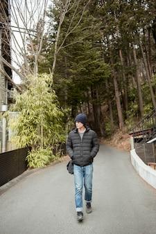 Un viaggiatore nel bosco