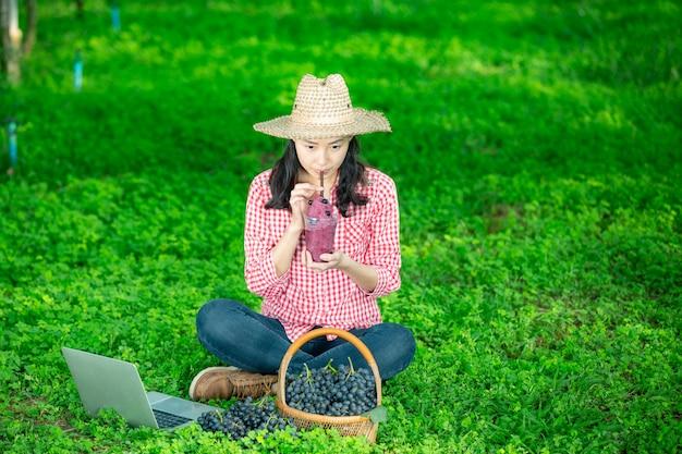 Un viticoltore con succo d'uva appena spremuto
