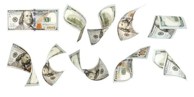 Un volo di cento banconote del dollaro americano su bianco.