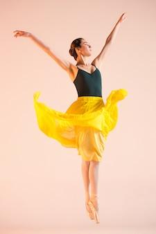 Una ballerina giovane e incredibilmente bella balla in studio