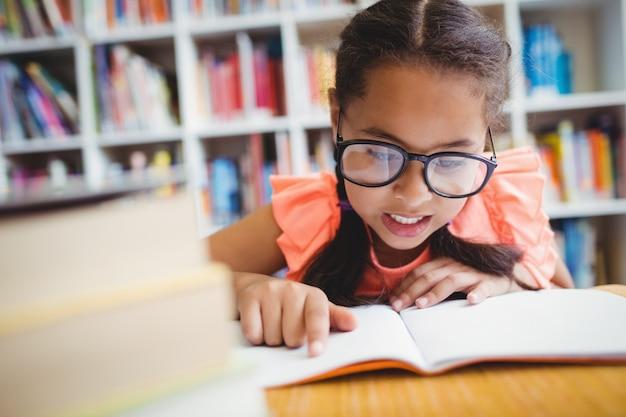 Una bambina che legge un libro