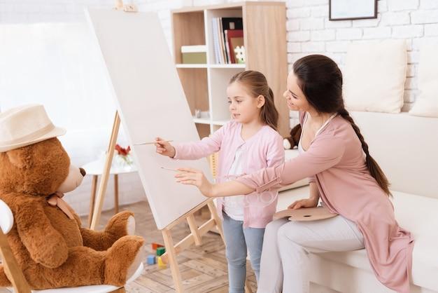 Una bambina con la vernice di sua madre.