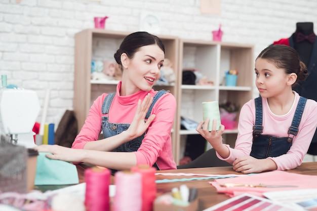 Una bambina dà una donna discussioni.