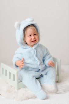 Una bambina in costume da coniglio che piange