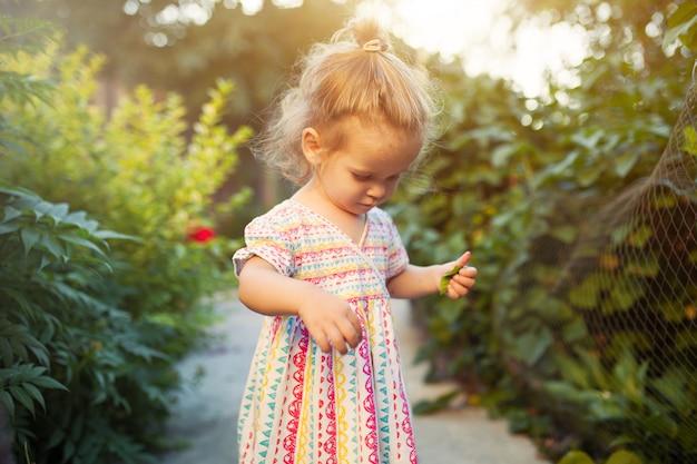 Una bambina nel parco in un caldo pomeriggio estivo soleggiato