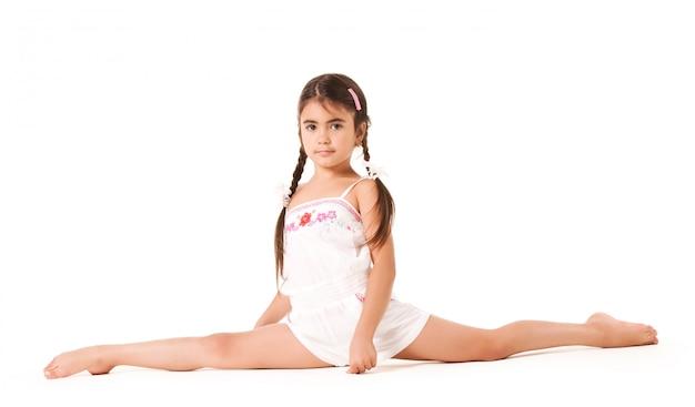 Una bambina si siede su uno spago