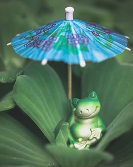 Una bambola rana su una foglia di loto