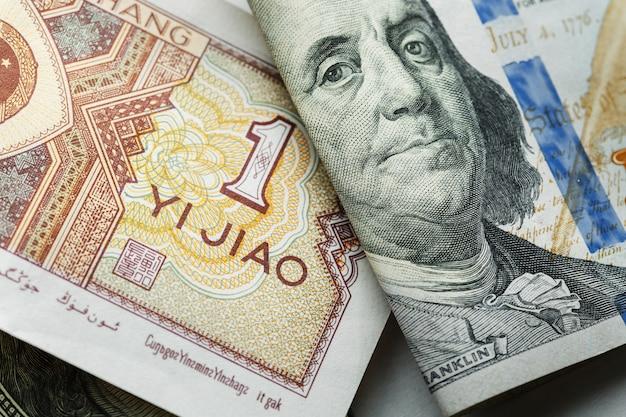 Una banconota cinese di yuan su vari dollari americani