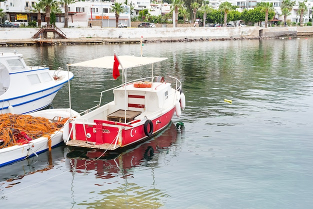 Una barca da pesca sul mar egeo, ormeggiata fino alla riva, turgutreis turchia