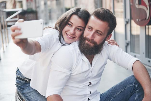 Una bella coppia fa una foto all'aperto
