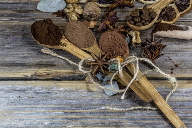 Una bella disposizione di limoni essiccati, cannella, caffè su cucchiai di legno su legno